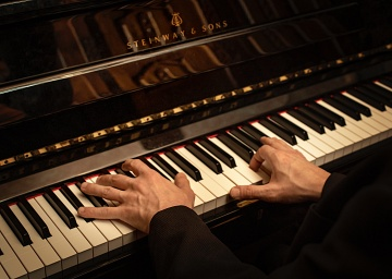 We have a live piano performance every evening on the top quality instrument by Steinway & Sons
